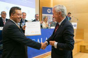 Carlos Navarro (Dir. Comercial DNV.GL) entrega acreditación a David Morante Director Gerente CMEC