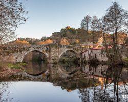 puente-romano-de-allariz-sobre-el-rio-arnoia-visita-al-pueblo-de-allariz-ourense-galicia-espan%cc%83a
